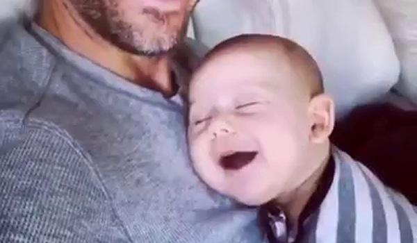 Em bé ngủ trên ngực bố