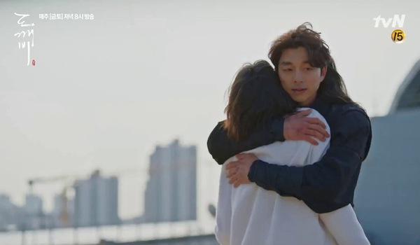 """""""Goblin"""" Tập 14: Eun Tak và Kim Shin gặp lại nhau trong nước mắt."""